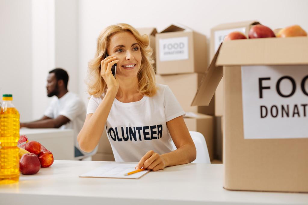 volunteer woman in food drive